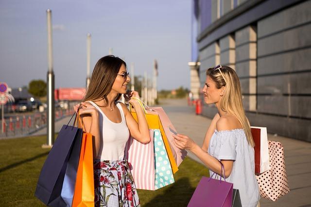 Imagen de dos mujeres de compras con bolsas