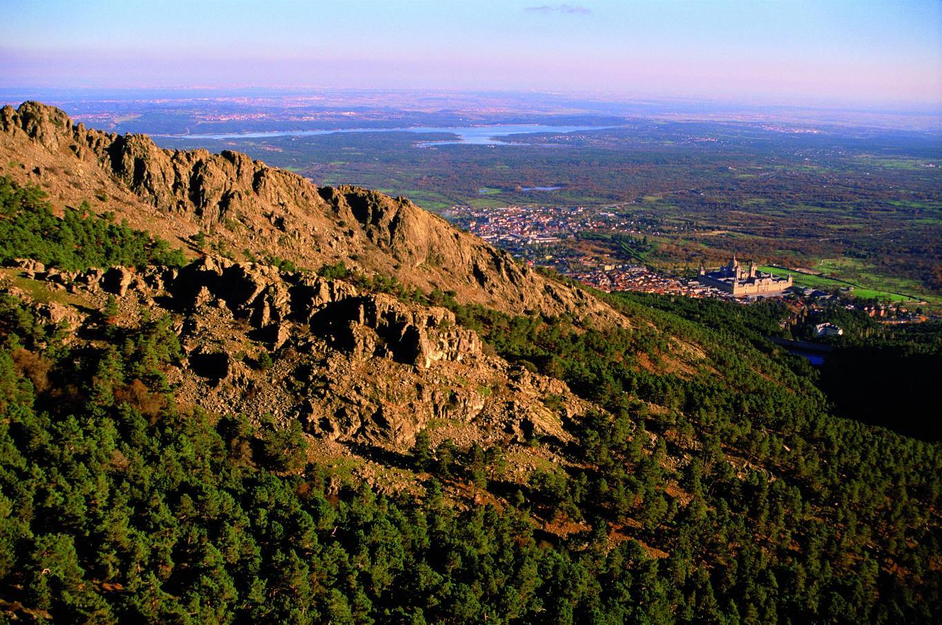 Espacios Naturales Protegidos. Pinar de Abantos y Bosque de la Herrería. Vista de El Escorial