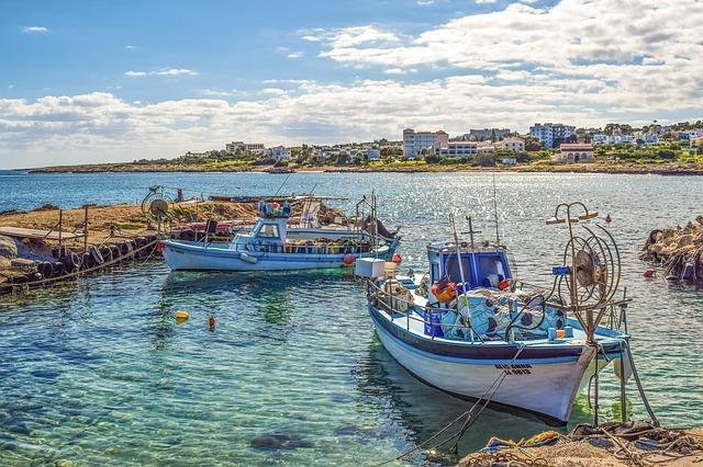 Imagen de un puerto con dos barcas de pescadores