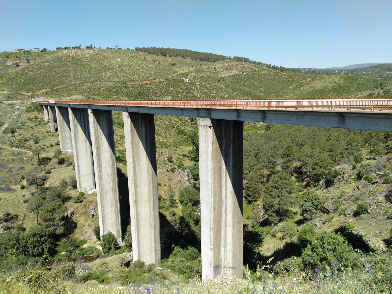 Puente sobre el río Cofio en la M-505