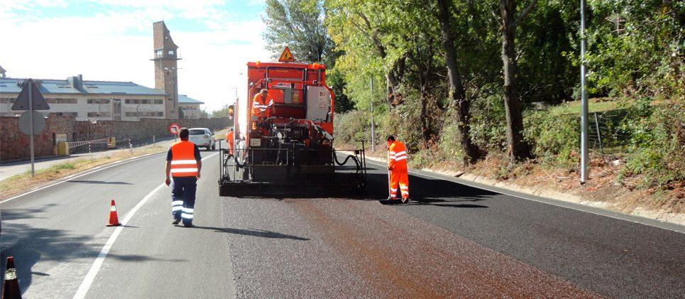 obreros trabajando con maquinaria asfaltando en la M-600