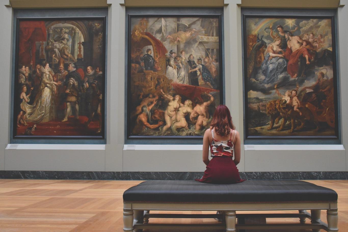 mujer mirando un cuadro
