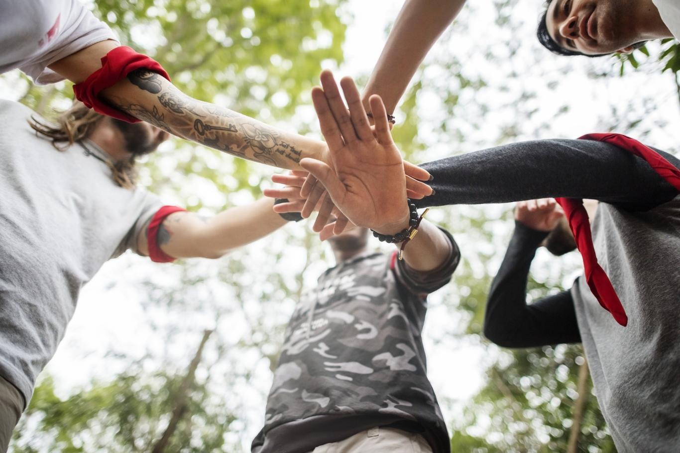 Jóvenes haciendo juego con las manos