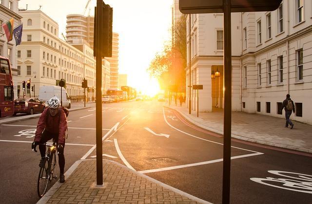 chico en bicicleta por la carretera de una ciudad
