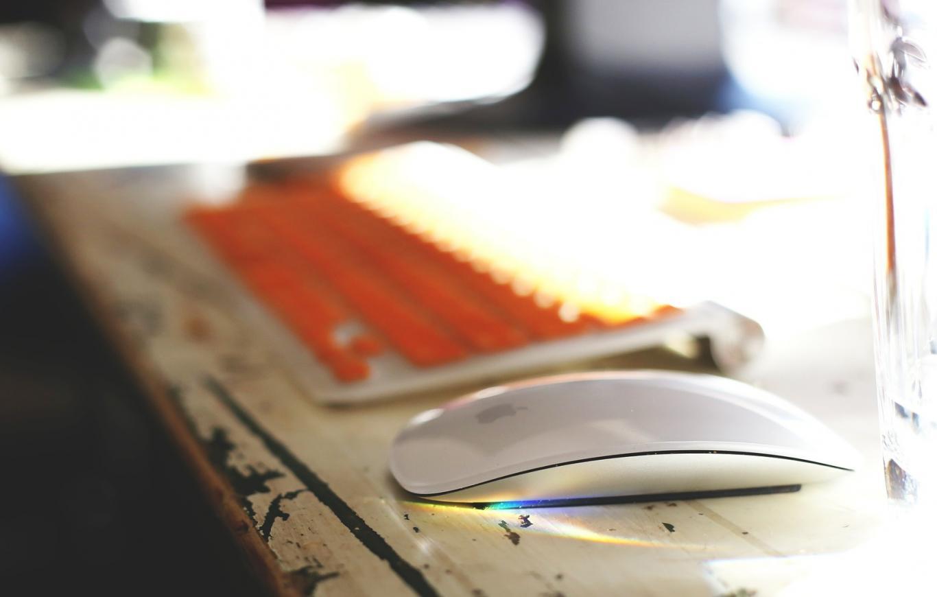 Teclado y ratón sobre una mesa