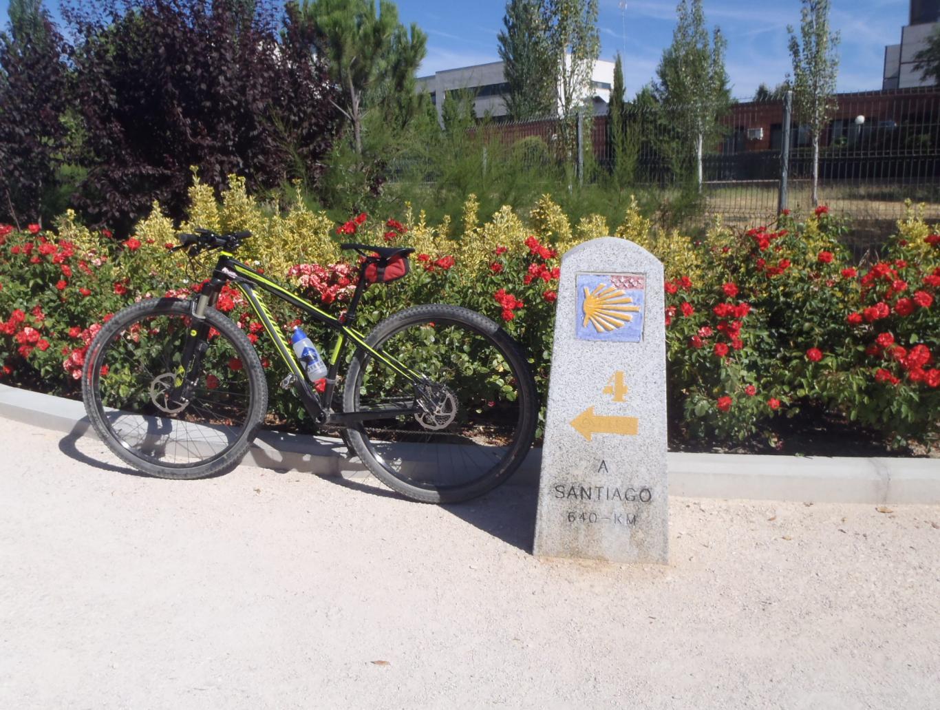 Bicicleta junto a un hito del Camino de Santiago en Colmenar Viejo que indica 640 km a Santiago