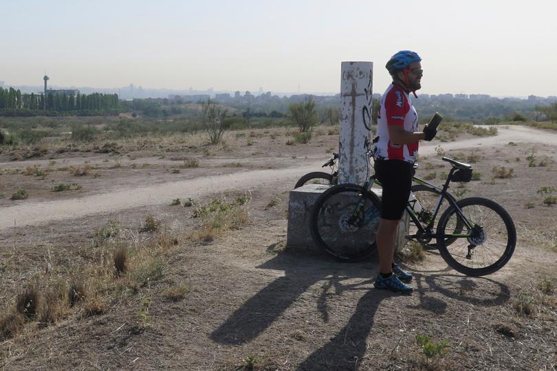 Vértice geodésico cota 700 metros en el entorno de Cuatro Vientos (Madrid)
