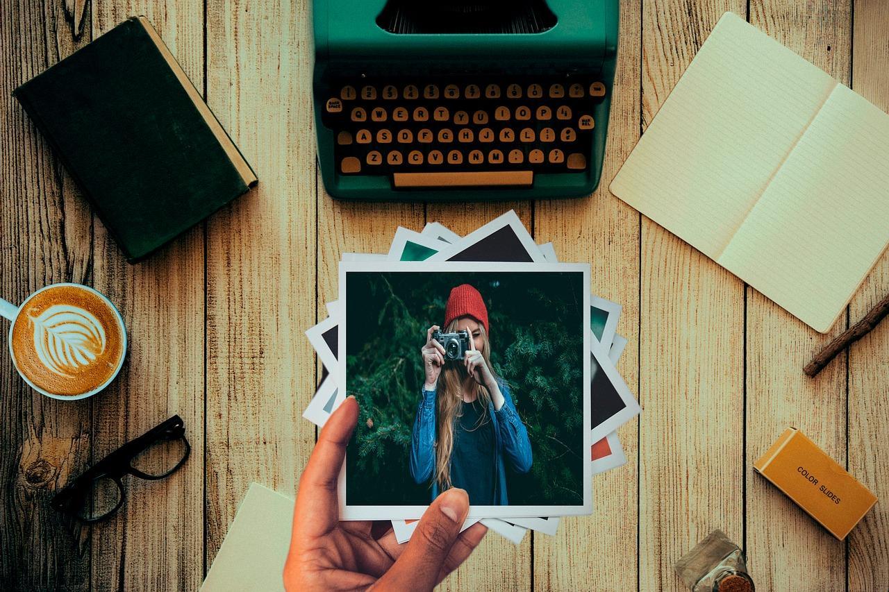 Fotografías polaroid sobre una mesa con otros objetos
