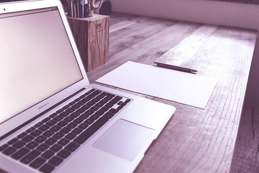 Mesa con ordenador portátil abierto