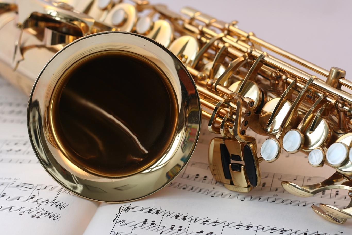 Saxofón sobre partitura