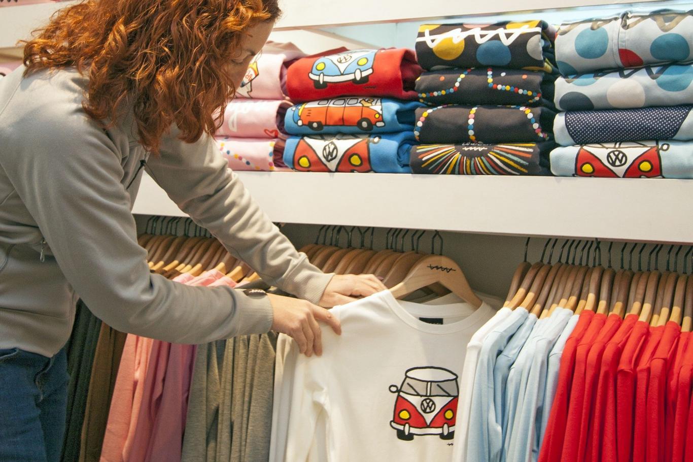 Mujer colocando ropa