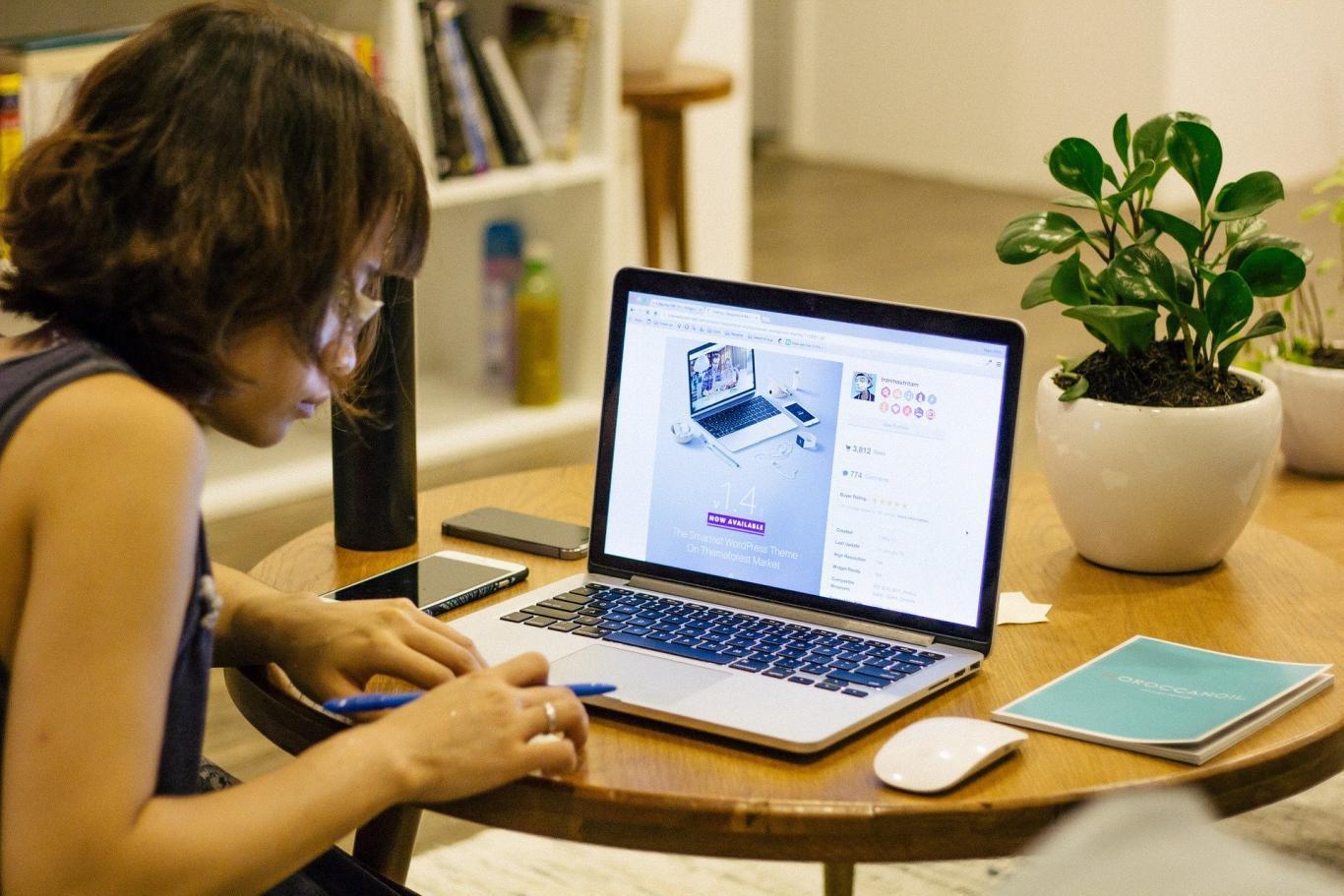 Chica joven consultando en un ordenador