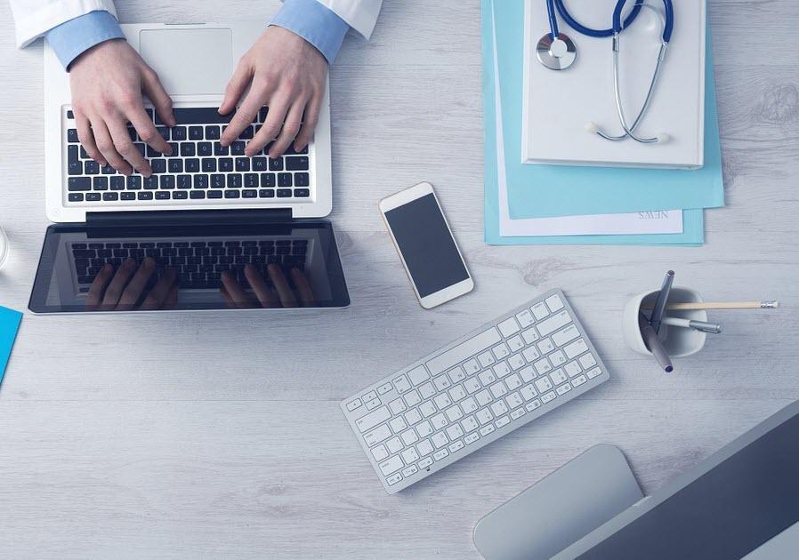 Sanitario escribiendo en ordenador