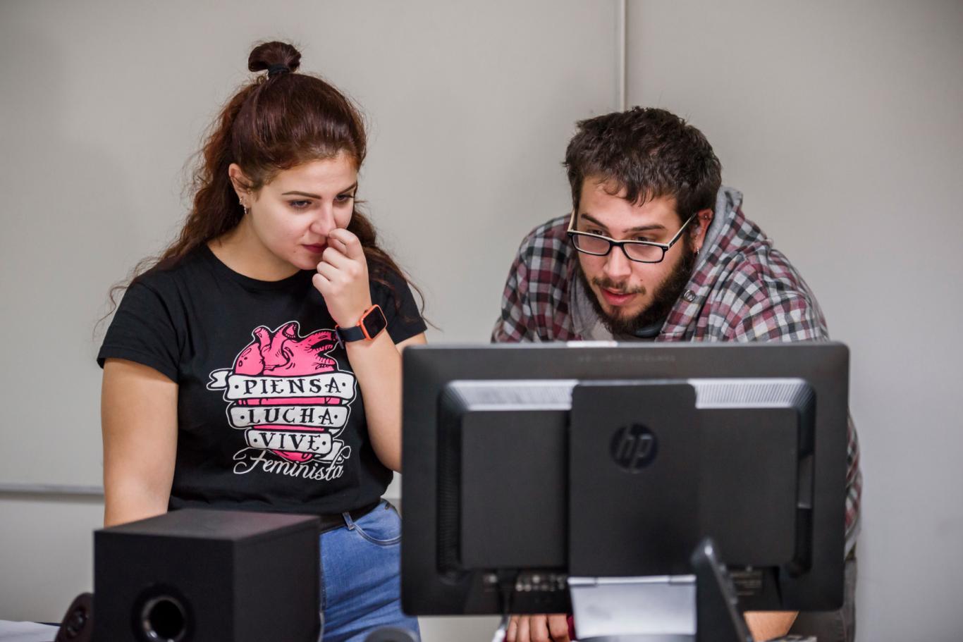 Dos jóvenes frente a un ordenador