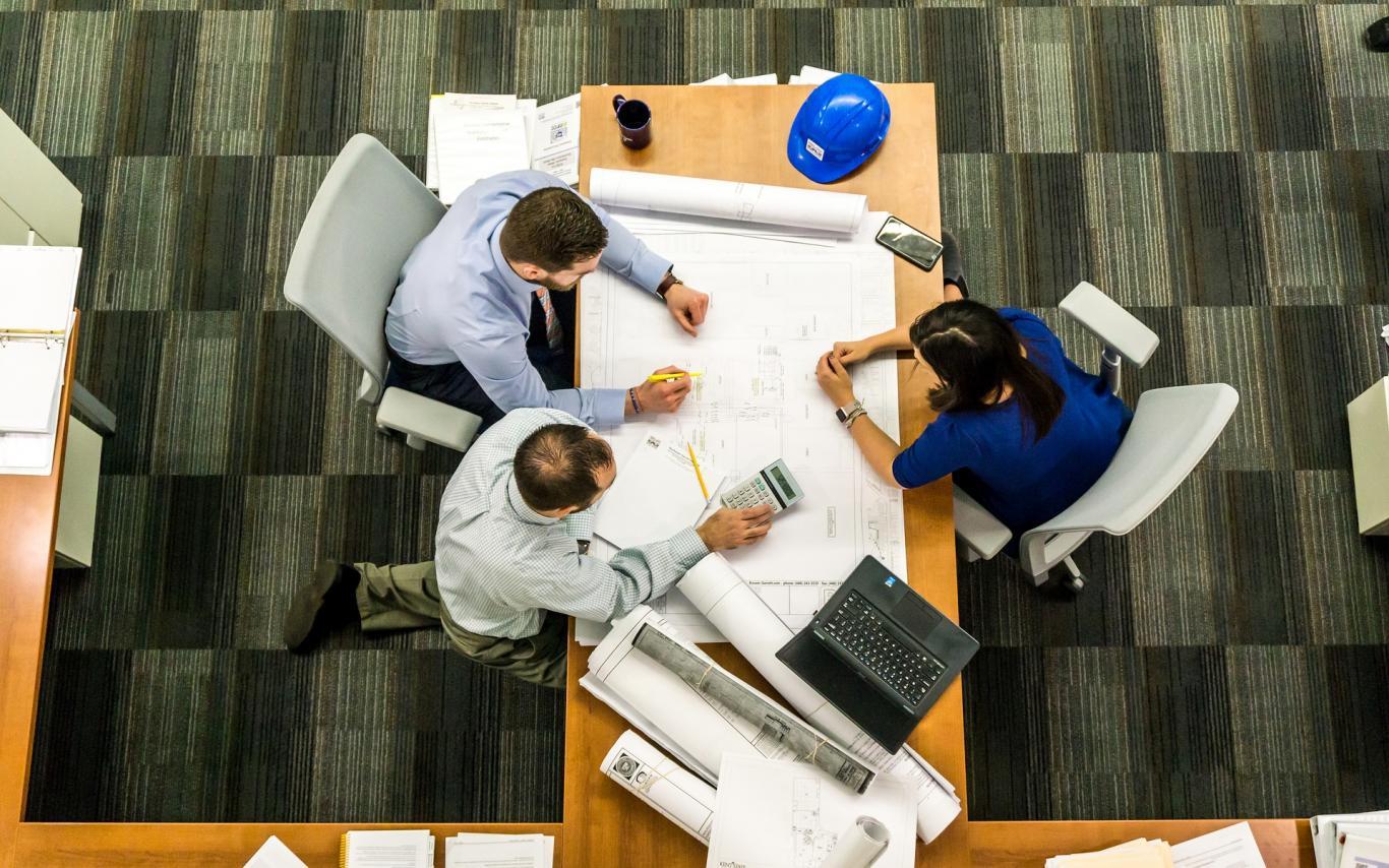 Reunión de oficina con planos