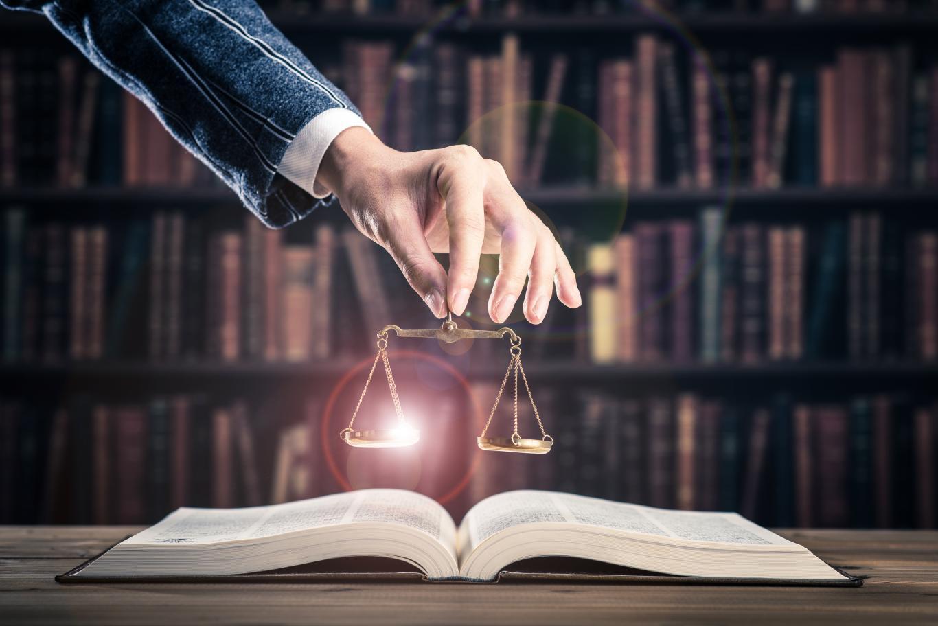 Libros de leyes, balanza