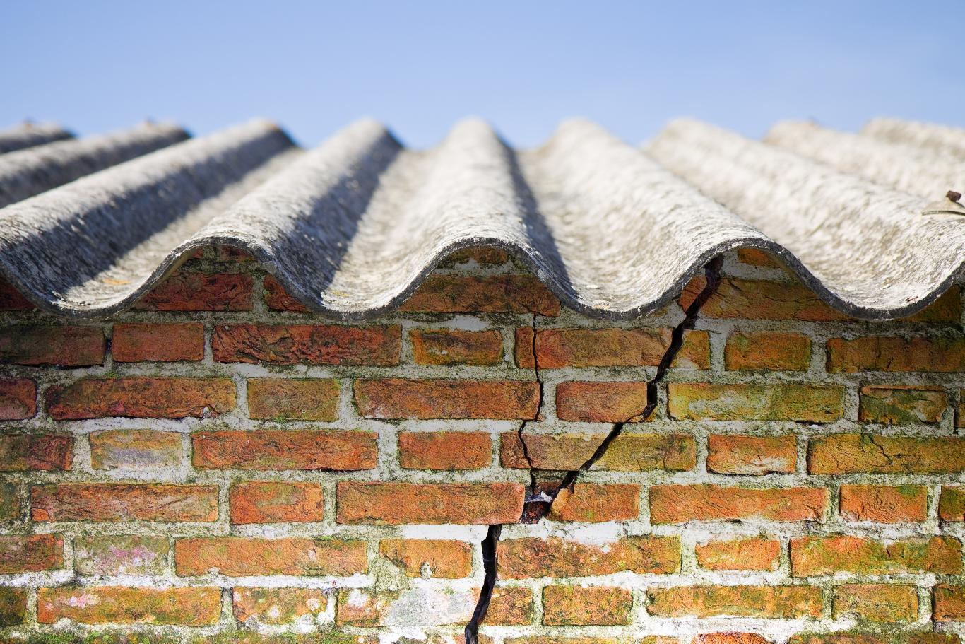 Imagen de una pared de ladrillo con un tejado de uralita