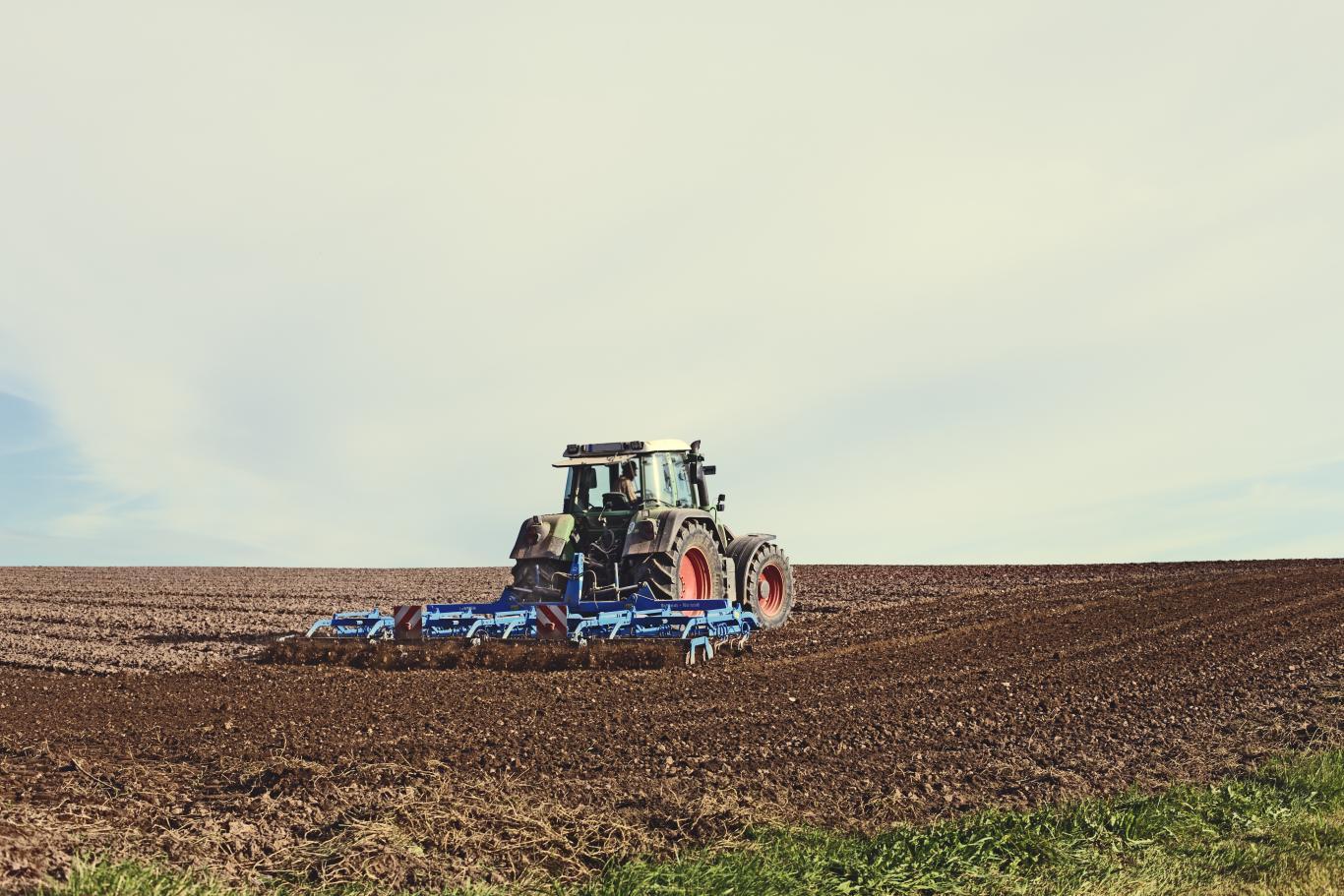 Tractor arando un campo