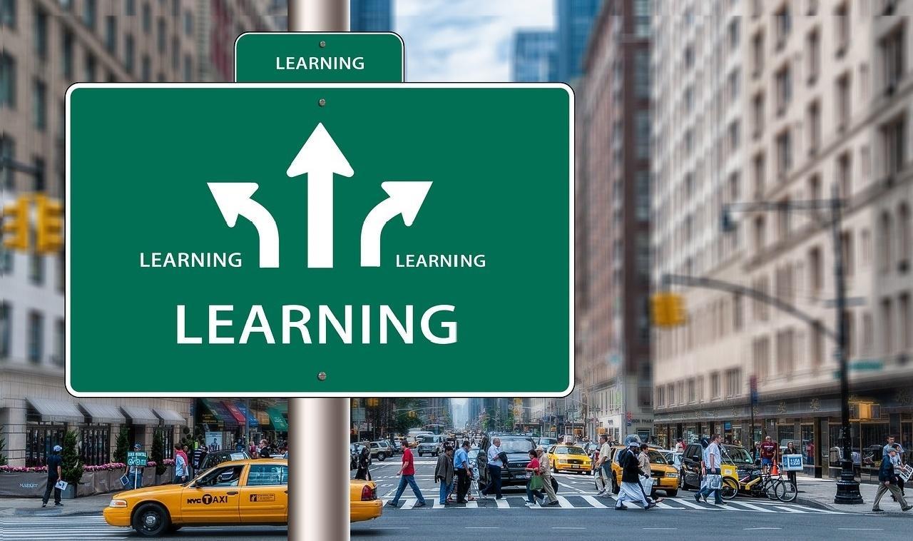Cartel que señala varias direcciones learning