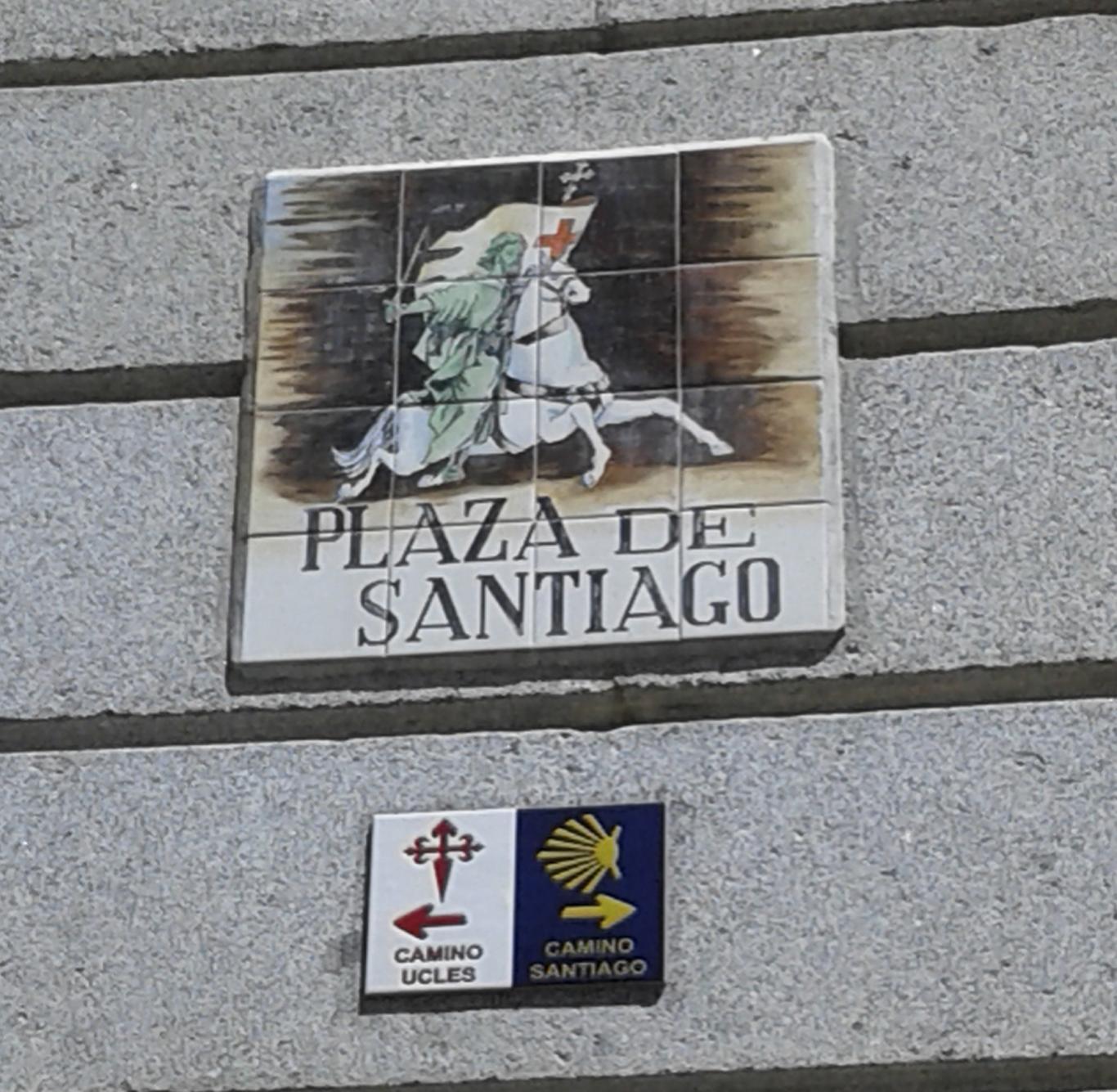 Cartel de la Plaza de Santiago, en Madrid, con indicaciones del Camino de Santiago y el Camino de Uclés