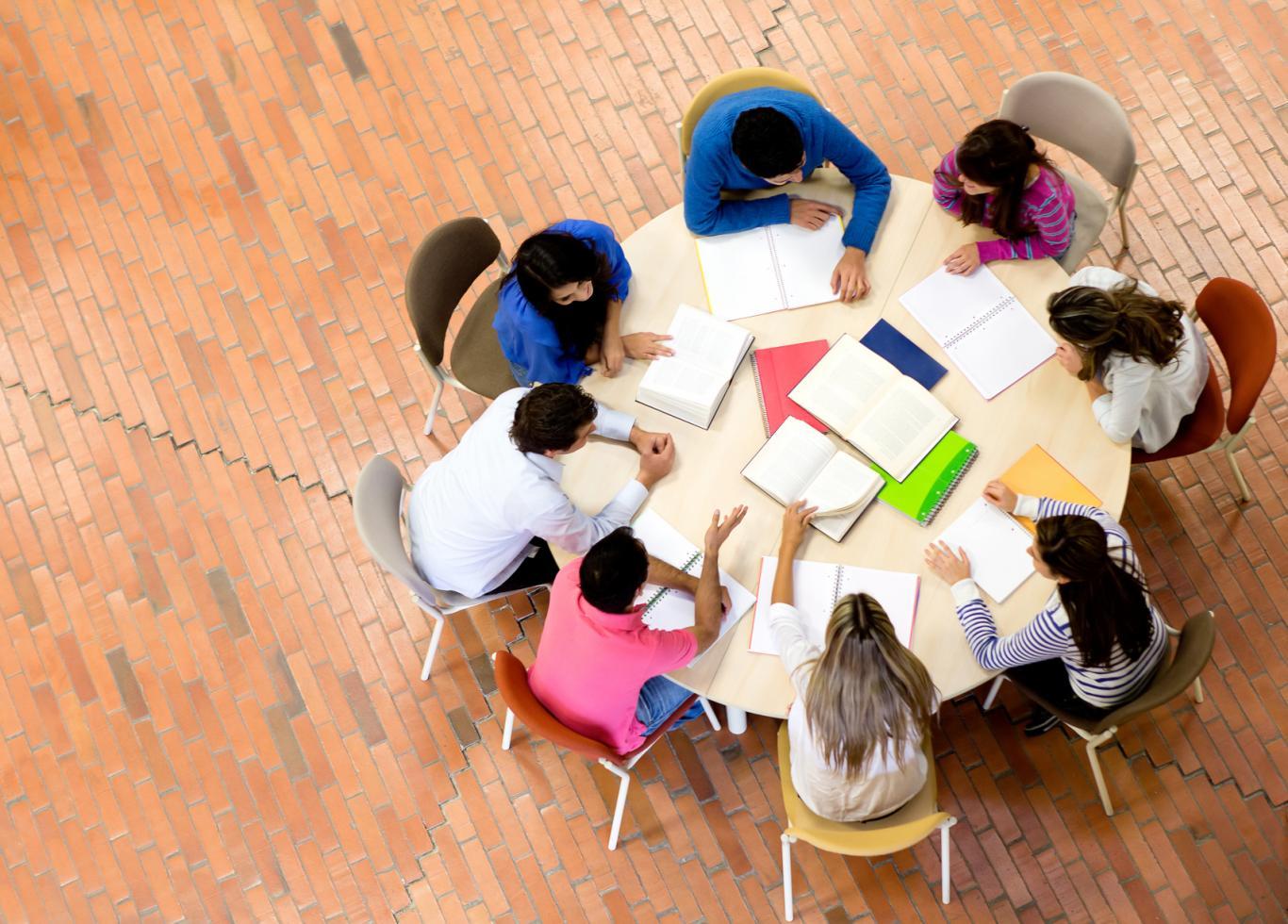 Grupo sentado alrededor de una mesa redonda