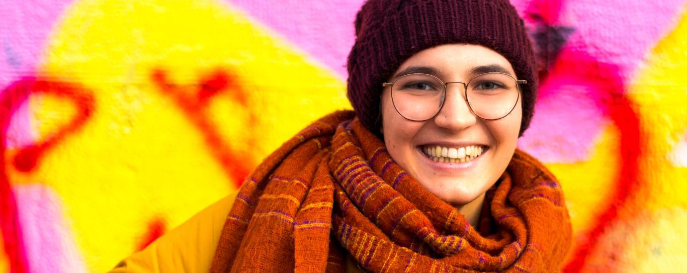Primer plano de una joven sonriendo