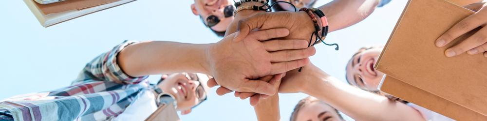 manos de jovenes unidas