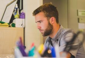 hombre joven trabajando en su escritorio