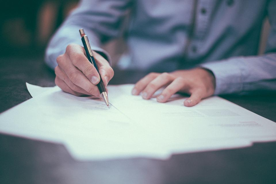 Manos firmando documento