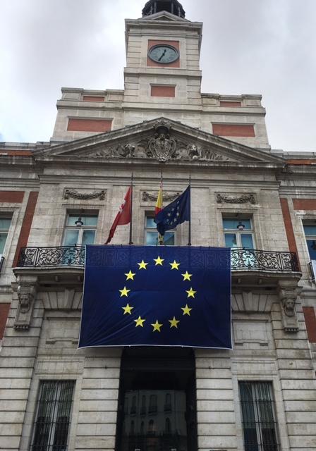 Real Casa de Correos con bandera UE