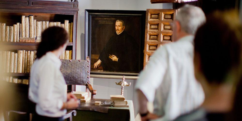 Grupo de personas mirando el retrato de Lope de Vega en su estudio de la casa museo