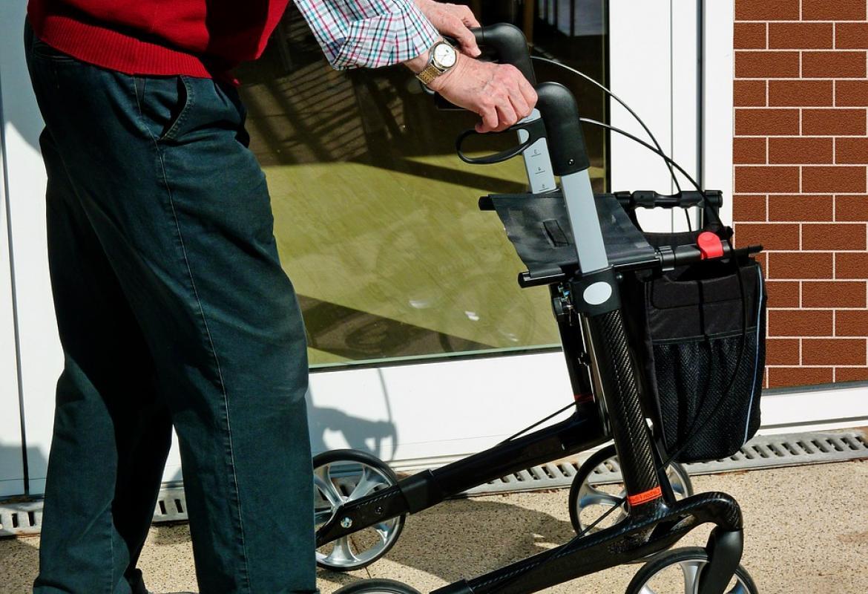 Hombre mayor con andador