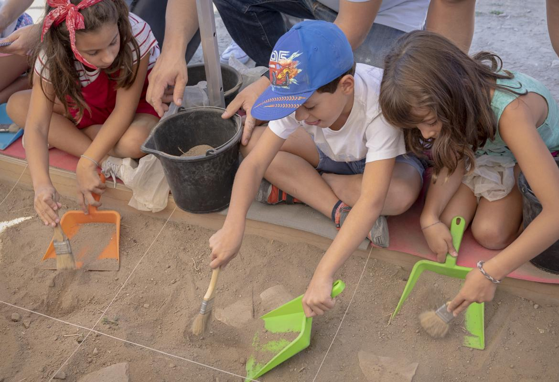 Niños en Arqueólogos por un día en Complutum