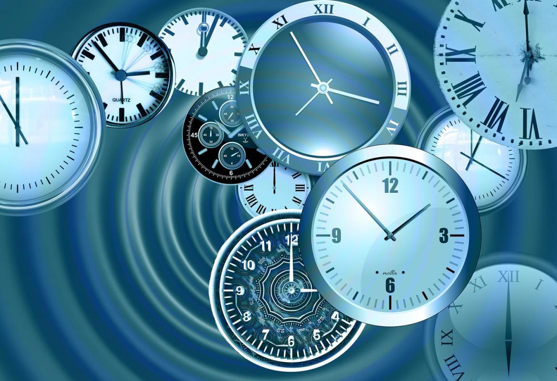 Grupo de relojes marcando distintas horas