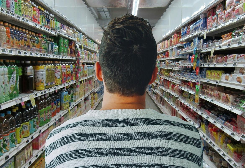 Hombre de espaldas en un supermercado