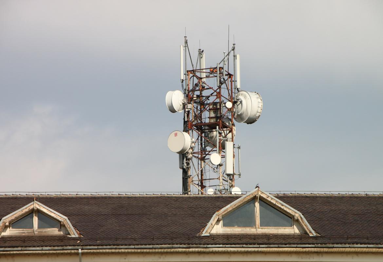 Antena de telefonía móvil en el tejado de un edificio