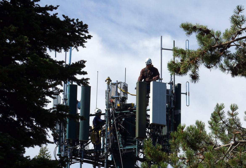 Operarios en lo alto de una antena de telefonía móvil