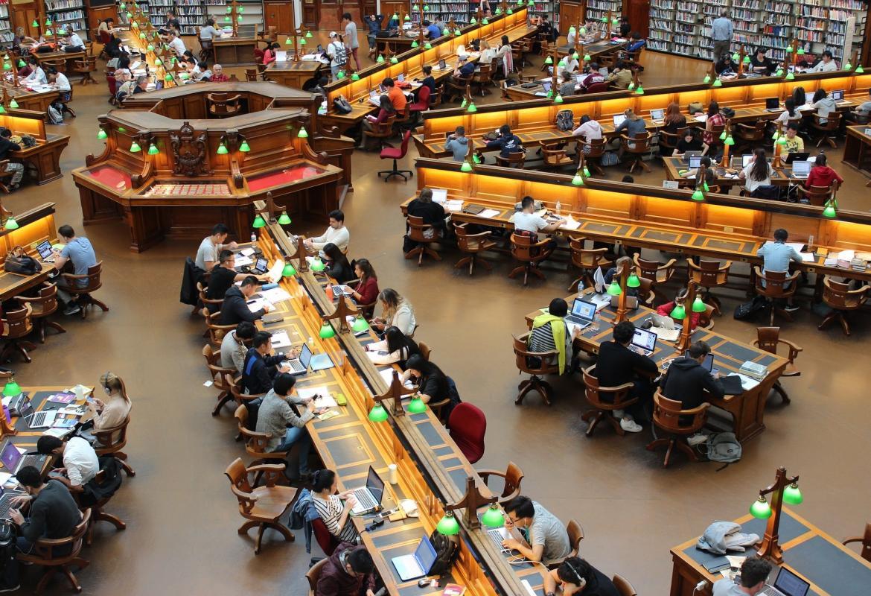 Gran biblioteca vista desde arriba con las mesas distribuidas en radios