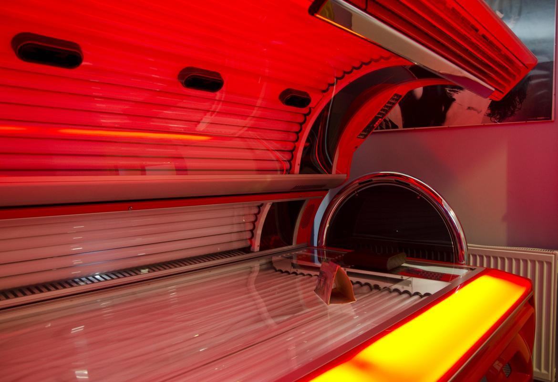 Cabina de bronceado de color rojo horizontal abierta
