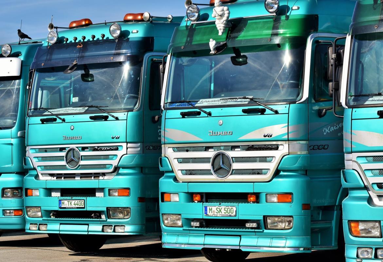 Batería de camiones de color verde