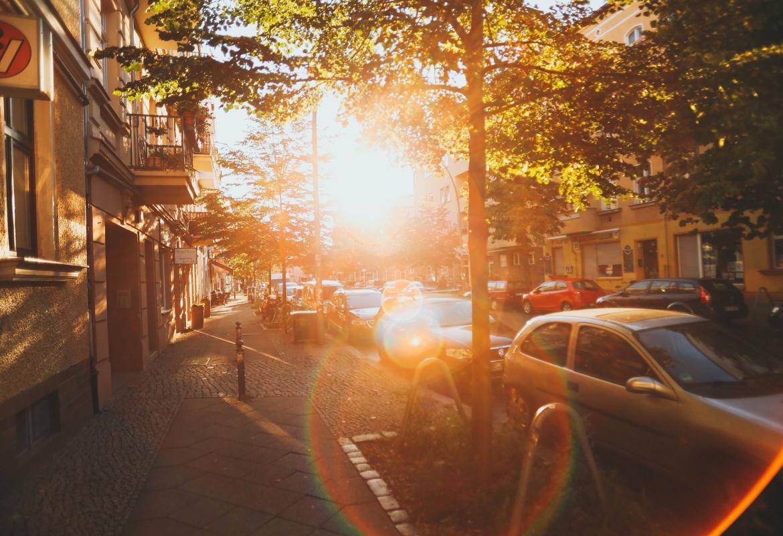 Coches apartados en una calle a pleno sol