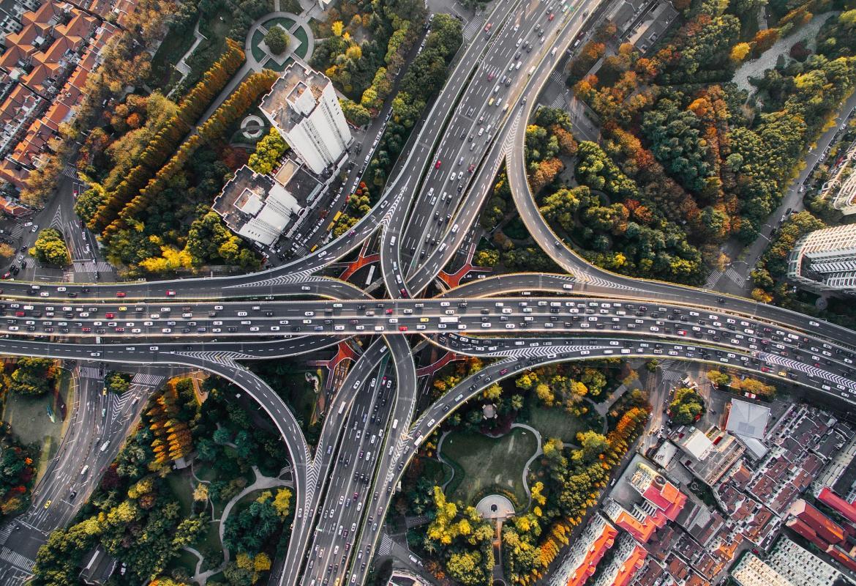 Nudo de autopistas en una gran ciudad visto desde el aire