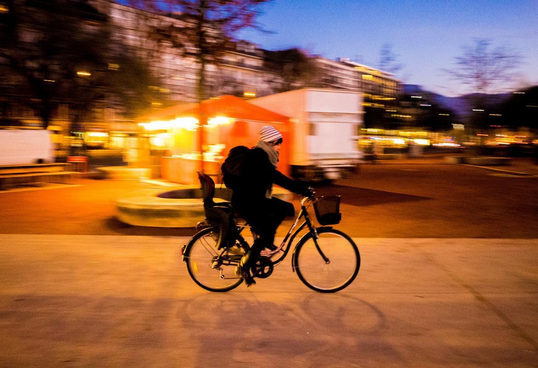 Chica paseando en bicicleta al atardecer