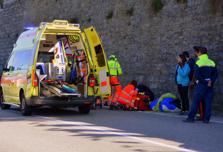 Ambulancia atendiendo una urgencia en una carretera