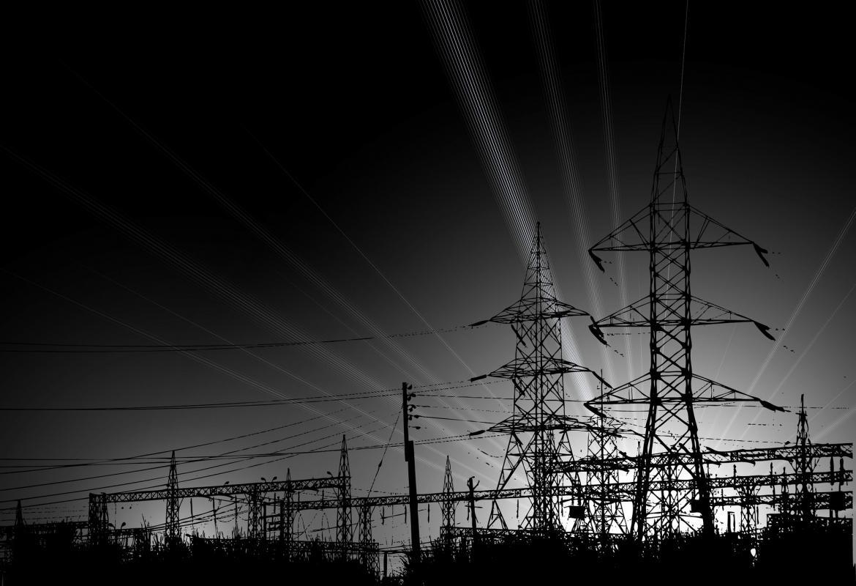 Líneas de alta tensión de noche en blanco y negro