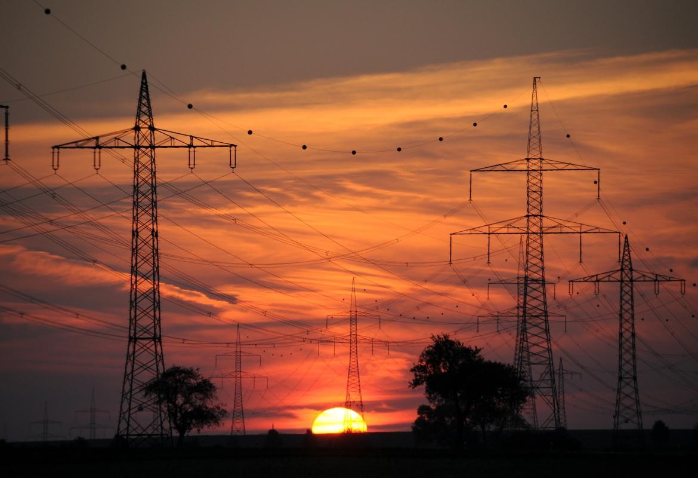 Líneas de alta tensión en puesta de sol