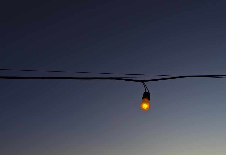 Cable de luz con una bombilla colgando