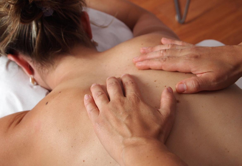 Exploración de una espalda con manchas en la piel