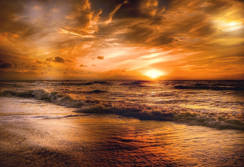 Playa al atardecer con puesta de sol