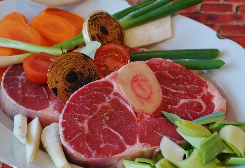 Plato con piezas de carne y verduras